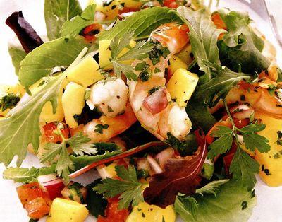 Salată de creveti cu mango, ceapă şi roşii