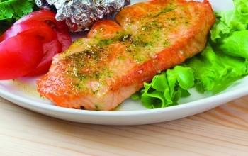 Somon marinat la grătar şi salată cu roşii cherry