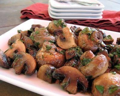 Sote de ciuperci cu sos de usturoi şi smântână