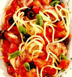 Spaghete cu piept de curcan si sos de roşii