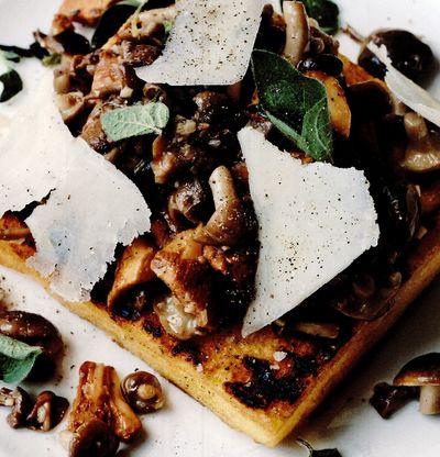 Ciuperci de pădure pe mămăligă la grătar cu brânză pecorino