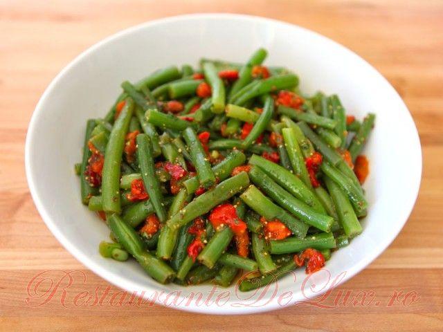 Reteta zilei: Salata de fasole verde cu ardei rosu