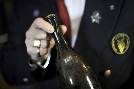 O sticlă de vin galben de Jura, datând din 1774, vândută la licitaţie cu 38.300 euro