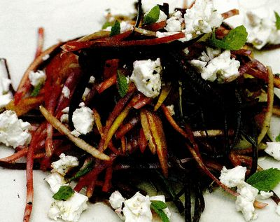 Salată crocantă de sfeclă crudă cu brânză feta şi pere
