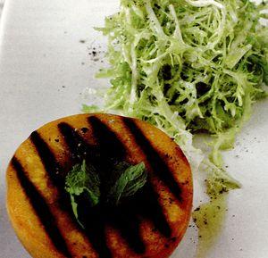 Salată de piersici calde la grătar şi salată creaţă, cu sos de brânză de capră
