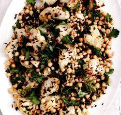 Salată picantă de conopidă cu năut şi seminţe de pin
