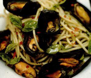 Spaghete cu midii în sos de vin alb si ulei cu busuioc