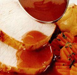 Friptură de porc cu sos, morcovi şi piure de cartofi