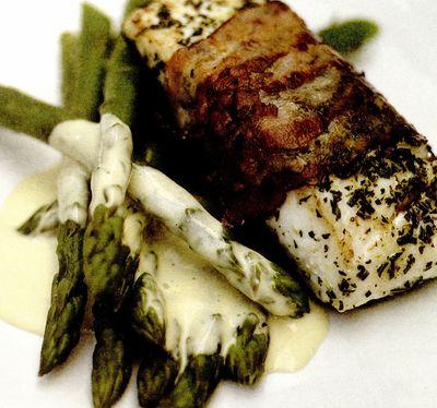 Peşte alb la cuptor, în felii de costiţă afumată,cu maioneză cu lămâie şi sparanghel
