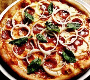 Pizza picantă cu cârnaţi