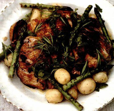 Pui la grătar cu cartofi noi, sparanghel la cuptor si iaurt cu ierburi aromate
