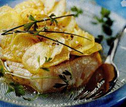 Cod acoperit cu felii subţiri de cartofi