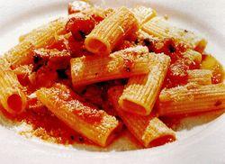 Rigatoni cu cârnăciori şi sos tomat