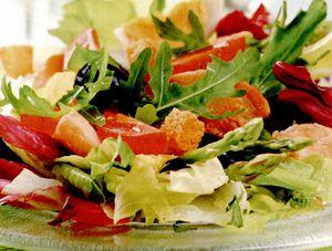 Salată cu roşii şi crutoane