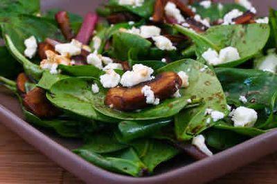 Reteta zilei: Salata de spanac cu ciuperci, ceapa si branza feta