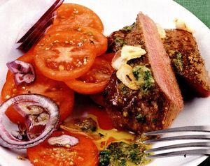 Friptură de miel cu salată de roşii şi pesto