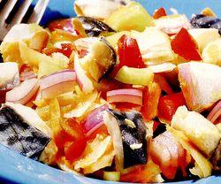 Macrou marinat cu salată de crudităti