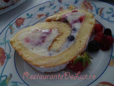 Rulada_cu_crema_de_lapte_si_fructe_de_padure_18