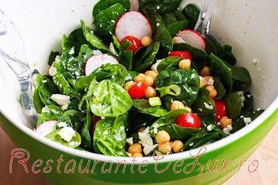 Salata cu ridichi, ceapa verde si branza