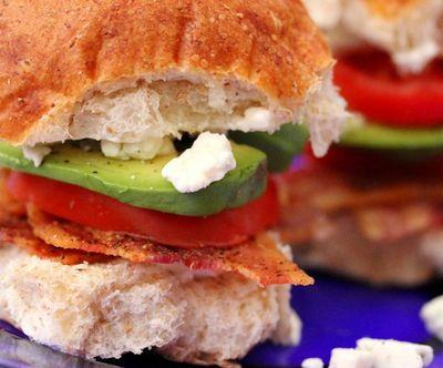 Sandwichuri_cu_bacon_rosii_si_avocado_10