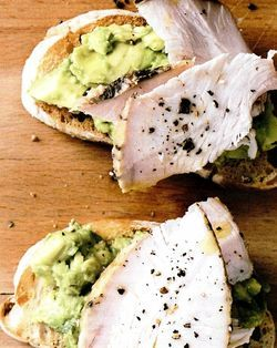 Retete_de_Revelion_Toast_cu_avocado_si_carne_de_curcan