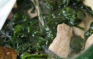 Supa energizanta de vegetale marine cu lastari