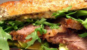 Sandwich_cu_friptura_si_rucola