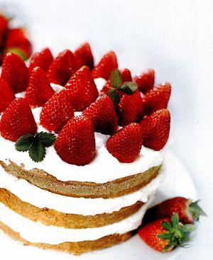 Tort_delicios_de_capsuni_cu_frisca