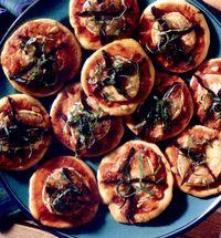 Minipizza_cu_branza_de_capra_si_rosii_uscate