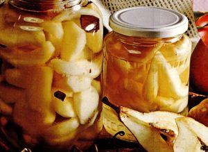 Compot de pere din: pere, apa, zahar, lamaie, scortisoara, cuisoare