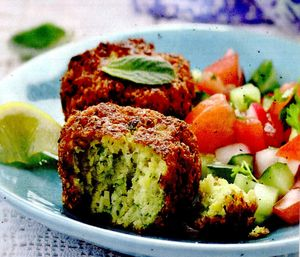 Falafel_verde_cu_salata_de_rosii_si_castraveti