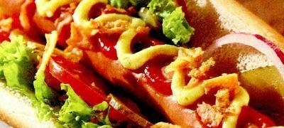 Hot_dog_cu_rosii_si_salata_verde