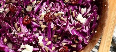 Salata de varza rosie cu mar din: varza rosie, untdelemn, sare, otet, mar, maioneza