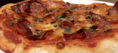 Cum_se_prepara_Pizza_cu_prosciutto_si_parmezan