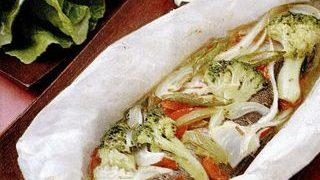 Pastrav in pergament cu legume