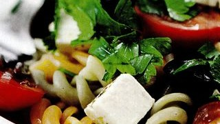 Salata de paste cu sos de mozzarella, menta si rosii proaspete