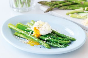 asparagus-with-poached-egg-76482-1