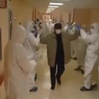 Il paziente guarito lascia l'ospedale, urla e applausi dei medici/ IL VIDEO