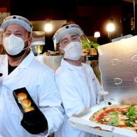 Fase 2, a Napoli solidarietà con pizza e 'fiocchi di neve' gratis