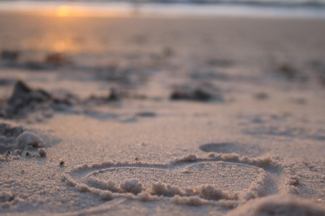 """Immagine per """"I nomi sulla sabbia - Janine Lucia"""" di Resto di Sasso - Un blog di Davide Sasso"""