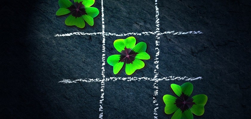 jogo da velha com trevos de quatro folhas, simbolizando os melhores jogos de loteria