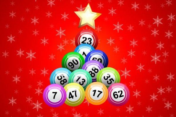 árvore de Natal feita de bolas de loteria de fim de ano