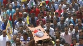 Mourners carry the body of 18-month-old Palestinian baby Ali Dawabsheh, who was killed after his family's house was set on fire in a suspected attack by Jewish extremists in Duma village near the West Bank city of Nablus July 31, 2015. © Abed Omar Qusini