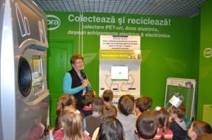 Copii la reciclatoarele verzi