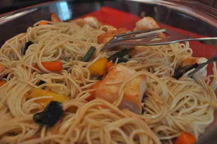 Paste chinezesti cu legume si pui la minut