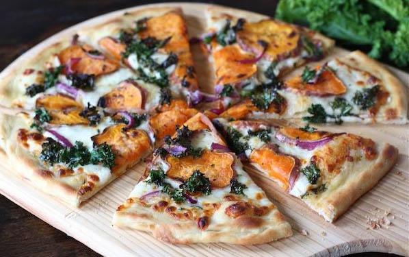 pizza-in-bianco-cu-cartofi-culci-si-ceapa