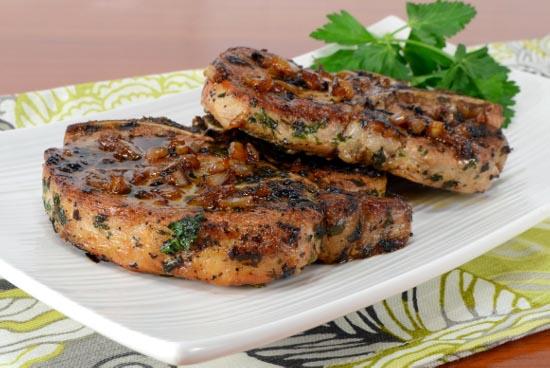 cotlet-de-porc-cu-ierburi-aromate-si-ceapa-caramelizata