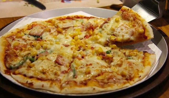 pizza-cu-sunca-bacon-si-porumb