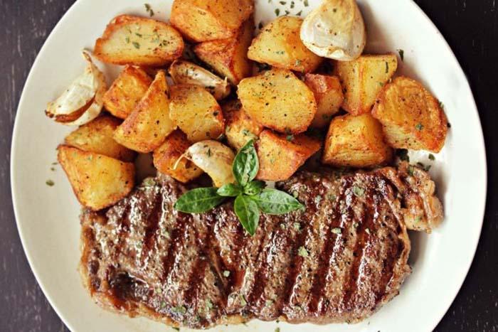 ceafa-de-porc-la-gratar-cu-cartofi-crocanti-si-usturoi