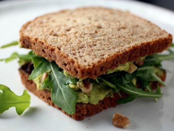 Cele mai bune retete cu avocado - Sandvis vegetarian cu rucola si avocado